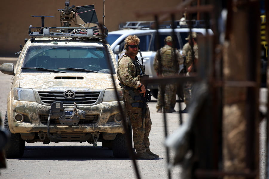 A member of the US forces stands guard in the town of Tabqa, west of Raqa city, on June 29, 2017. / AFP / Delil Souleiman