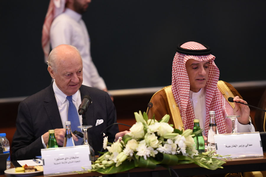 Saudi Minister of Foreign Affairs Adel al-Jubeir (R) sits next to UN special envoy for Syria crisis Staffan de Mistura during the Syrian opposition meeting in Riyadh, on November 22, 2017. / AFP / Fayez Nureldine