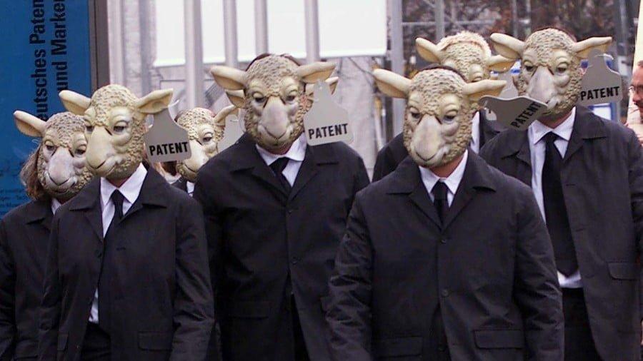 Greenpeace activists protesting in sheep masks © Michael Dalder / Reuters