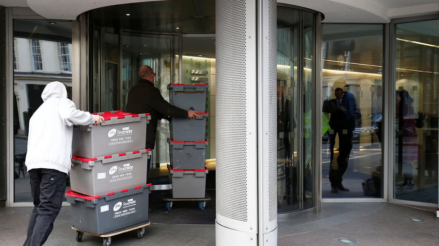 Men deliver storage crates to the building that houses the offices of Cambridge Analytica in central London, Britain, March 20, 2018. © Henry Nicholls / Reuters
