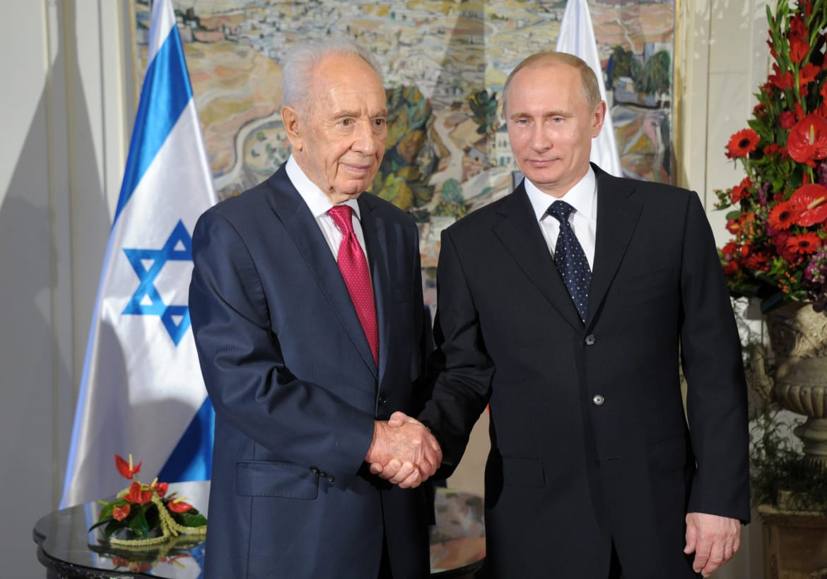 Israeli President Shimon Peres shakes hands with Russian President Vladimir Putin at the Israeli leader's Jerusalem residence on June 25, 2012 in Jerusalem, Israel