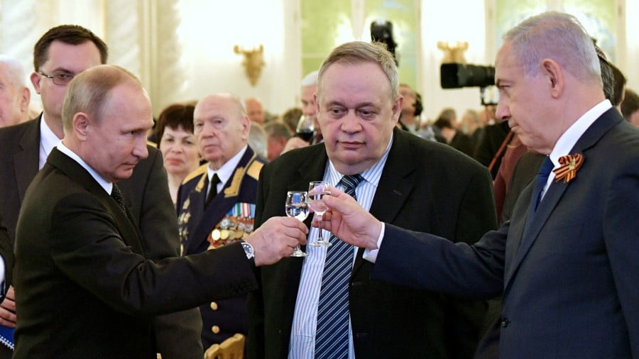 Russian President Vladimir Putin, left, and Israeli Prime Minister Benjamin Netanyahu, right, toast during a reception after the Victory Parade in Moscow, Russia, May 9, 2018. (Alexei Nikolsky, Sputnik via AP)