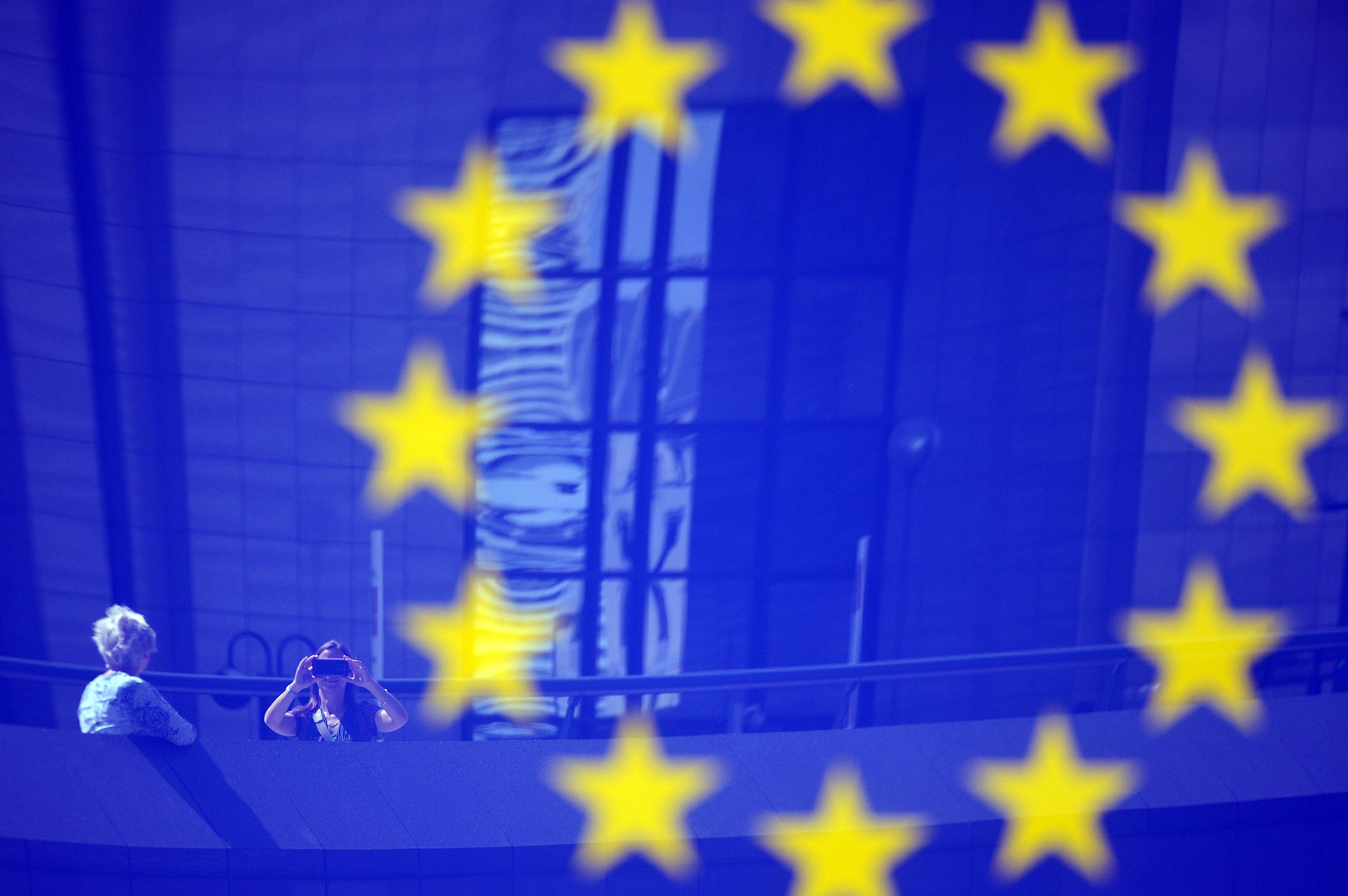 Tourists reflected in a EU logo © Sputnik / Alexey Vitvitsky