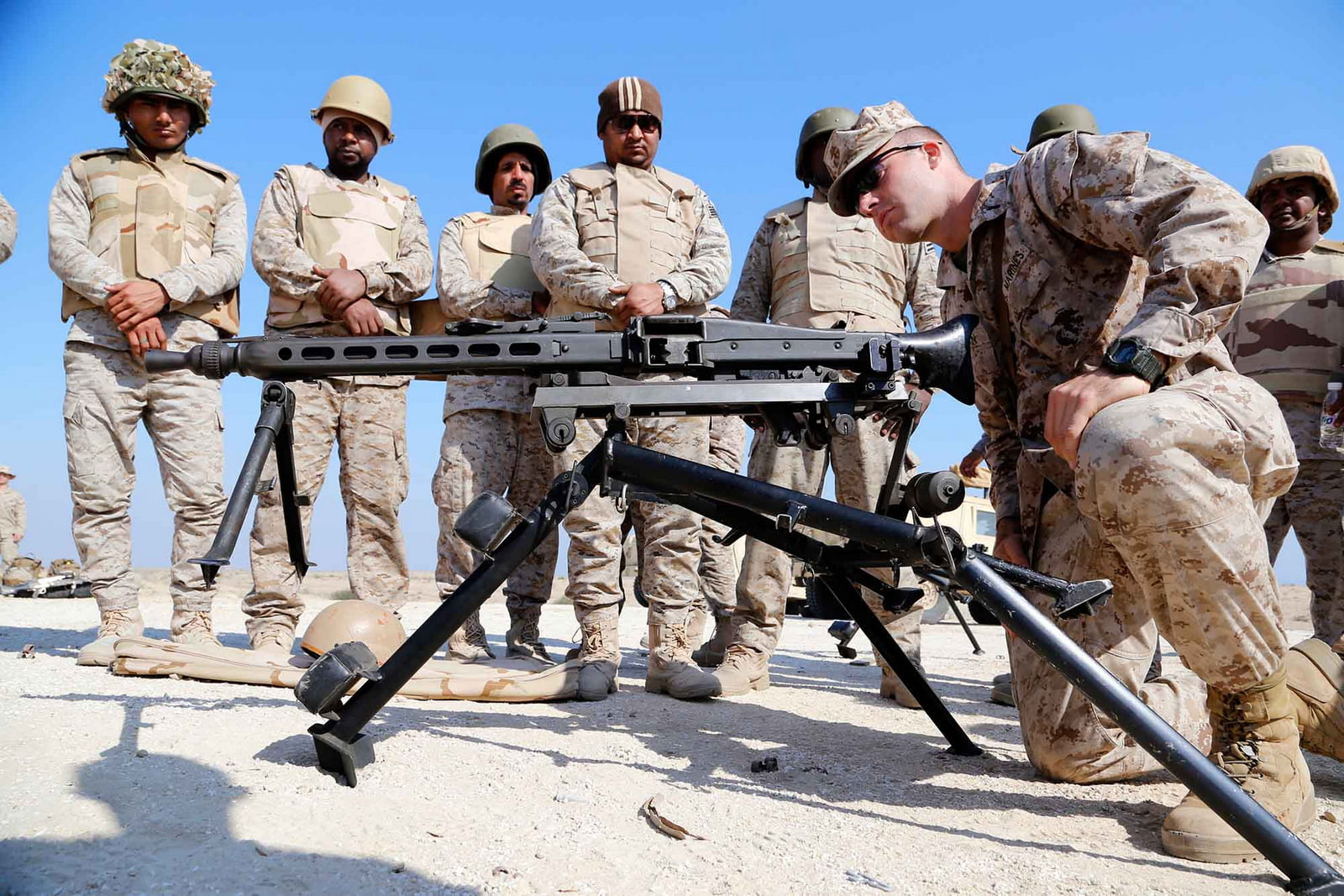 A U.S. Marine teaches Saudi Naval Forces how to use a MG-42 machine gun during exercise Red Reef 15. Rome M. Lazarus | US Marine Corp