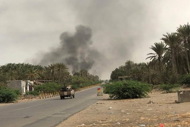 Yemeni pro-government forces backed by the Saudi-led military alliance advance on Houthi rebels in the area of Hodeidah's airport on 19 June 2018 (AFP)