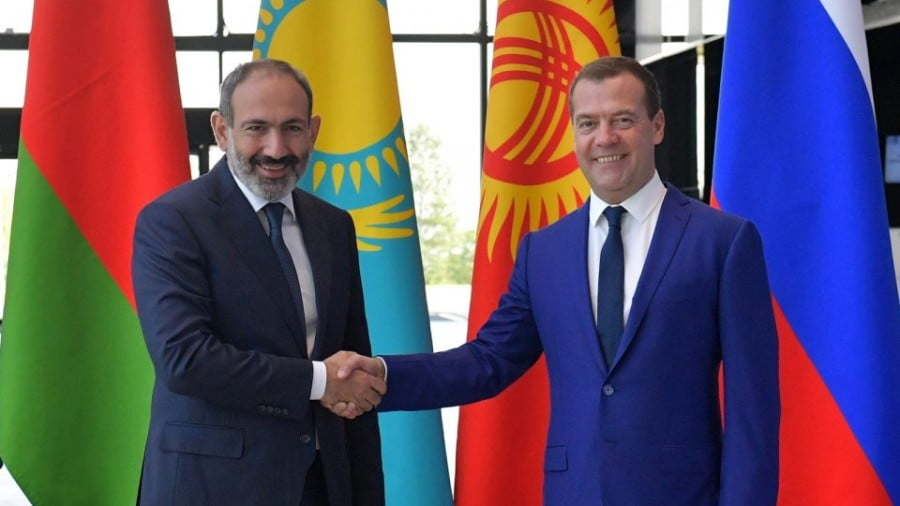 Armenian Prime Minister Nikol Pashinyan, left, shakes hands with his Russian counterpart Dmitry Medvedev on July 27. Photo: AFP/ Alexander Astafyev / Sputnik
