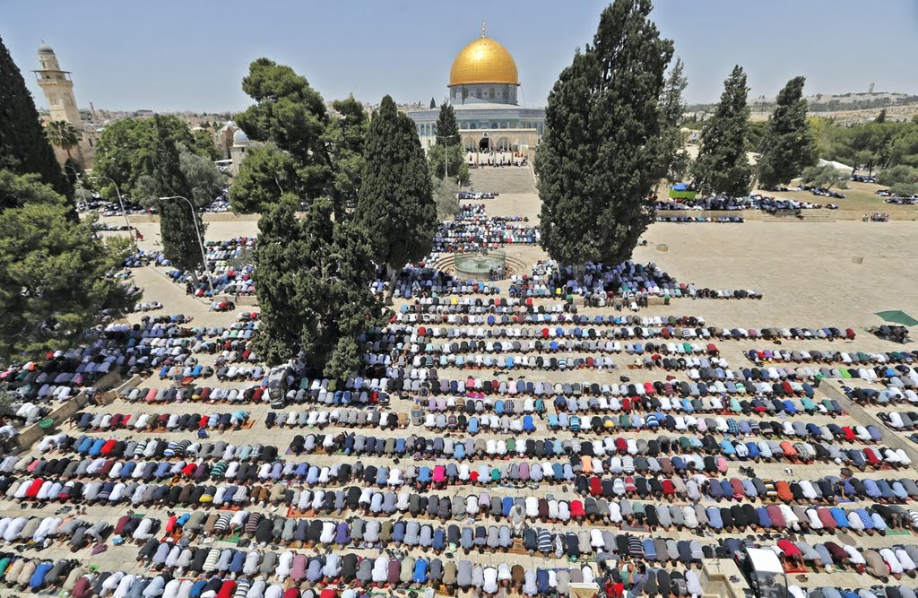 wo10-abu-disPalestinian worshippers pray near the Dome of the Rock at Jerusalem's Al Aqsa Mosque compound on May 18, 2018. AFP