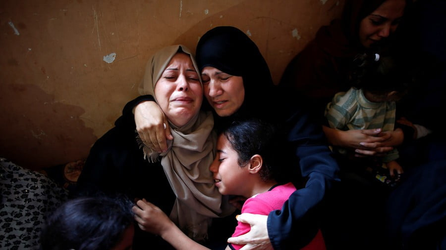 Relatives of Palestinian Mohammed Abbas, who was killed at the Israel-Gaza border fence © Reuters / Suhaib Salem
