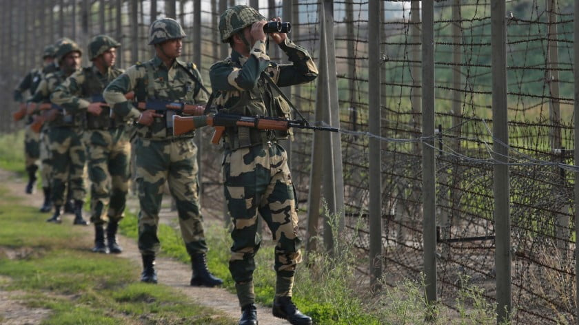 India's Border Security Force (BSF) soldiers patrol along the fenced border with Pakistan in Ranbir Singh Pura sector near Jammu February 26, 2019 © Reuters / Mukesh Gupta